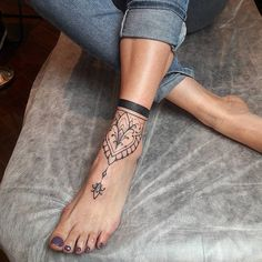 150 cool tattoos for women and their meaning- 150 coole Tattoos für Frauen und ihre Bedeutung beautiful tattoos, mandala tattoo on the foot, tattoo in black and gray - Anklet Tattoos, Tattoo Bracelet, Leg Tattoos, Body Art Tattoos, Sleeve Tattoos, Foot Tatoos, Small Tattoos, Tribal Hand Tattoos, Foot Bracelet
