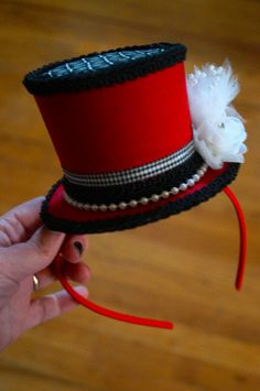 Steeple Chase = Quick tutorial on how to make a mini top hat.and an entertaining read:) Made my night! Mad Hatter Hats, Mad Hatter Tea, Mad Hatter Costumes, Mad Hatters, Ringmaster Costume, Clown Costume Diy, Circus Costume, Black Christmas Trees, Plaid Christmas