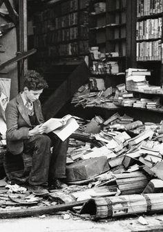 Libreria di Londra rovinata da un attacco aereo, 1940.