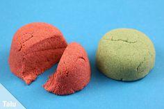 In dieser Anleitung finden Sie ein Rezept für selbstgemachten Zaubersand. So können Sie kinetischen Sand selber machen - Ihre Kinder werden begeistert sein.