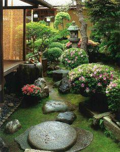 jardin zen, couverture de sol en mousse, rochers dans le jardin, pergola en bois, broussailles rose