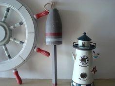 Grand flotteur réalisé en bois peint en gris rehaussé de deux liserets, un blanc et un rouge, il est à suspendre à l'aide d'une corde.