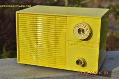 SUNNY Butter Yellow Mid Century Retro Jetsons Vintage 1959 Emerson Model Y2996 Tube Radio Works! door RetroRadioFarm op Etsy https://www.etsy.com/nl/listing/222857918/sunny-butter-yellow-mid-century-retro