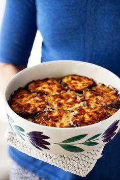 En riktigt smakrik gratäng med aubergine, lök och fetaost som fungerar lika bra att äta som måltidsrätt som tillbehör till kött eller kyckling.