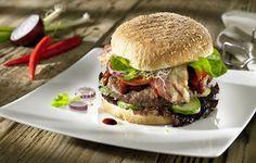 Ein köstlicher Barbecue-Burger mit klassischem Raucharoma. Herrliche Idee für einen Grillabend mit guten Freunden. (Foto: Red Arrow)