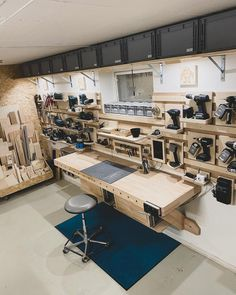 Garage Workshop Organization, Workshop Storage, Woodworking Usa, Woodworking Projects, Woodworking Workshop Layout, Woodworking Techniques, Popular Woodworking, Awesome Woodworking Ideas, Woodworking Inspiration