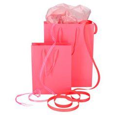 d60826b93cc De roze tassen zijn van stevig papier en voorzien van katoenen handgrepen  in dezelfde kleur.