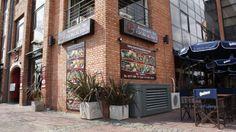 Foto de la esquina del local de Puerto Madero con la cartelería ya colocada