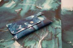 Monedero de piel azul con acuarela estampada