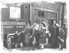 People waiting in line to buy coal at the M. Haavekost dealership at the Elandsgracht in Amsterdam. 1000 Awesome Things, Look Back At Me, Good Old Times, I Amsterdam, Interesting Buildings, Heavy Equipment, Historical Photos, Netherlands, Holland