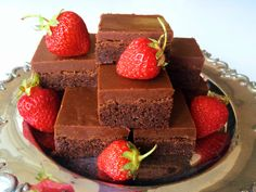 Det här är min favoritkaka alla kategorier. Om jag bara fick välja ett bakverk att äta resten av livet så skulle jag välja min fudgekaka. Det är en fullkomligt ljuvlig chokladkaka med ett...