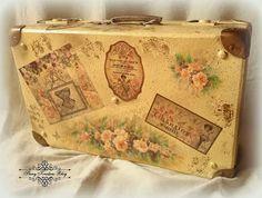 Walizka w stylu retro : herbaciane róże , cienie pittorico , złocenia i gorsety - Decoupage. Painted Suitcase, Suitcase Decor, Suitcase Storage, Recycled Furniture, Recycled Art, Decoupage Vintage, Vintage Decor, Craft Items, Craft Gifts