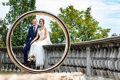 Ein Blick durch den Ehering Pictures, Newlyweds, Marriage, Round Round, Wedding