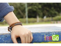 Brazalete de cuero y  cuentas de barro Handmade Bracelets, Beaded Bracelets, Buy Clay, Clay Beads, Stuff To Buy, Leather Bracers, Mud, Beads, El Salvador