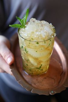 The Wild Ruffian, Saveur - Cognac, mint, peach preserves, sugar. Non Alcoholic Drinks, Cocktail Drinks, Cocktail Recipes, Beverages, Cognac Cocktails, Brandy Cocktails, Grapefruit Cocktail, Cheers, Gastronomia