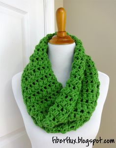 Learn how to crochet the Cilantro Cowl with this easy tutorial! Full written pattern here: http://fiberflux.blogspot.com/2014/03/free-crochet-patterncilantro...