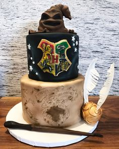 Harry Potter birthday cake made with Satin Ice Bolo Harry Potter, Gateau Harry Potter, Harry Potter Fiesta, Harry Potter Birthday Cake, Harry Potter Food, 15th Birthday Cakes, 21st Cake, Cupcakes, Cupcake Cakes