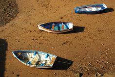 JE02: In Getxo is het getijdenverschil van eb en vloed goed te zien. Deze vissersbootjes liggen te wachten tot de zee weer terugkomt.