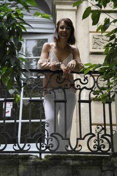 Le tailleur pantalon comment moderniser un intemporel ? - Marques:Tailleur The Limited, Sandales: Aldo, Lunettes: Ralph Loren, Sac: Majorica, Haut: Just Addict, Bagues et boucles d'oreilles: souk de Marrakech, Montre: Swarovski, Bracelet: La Fleur de Peau, Chaine et pendentif: moncollierprenom.com - Cécile Chavin, blog mode, blogueuse Française, blog mode montpellier