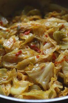 El Repollo Sudado lleva pocos ingredientes que todos los tenemos en casa. Además de ser muy sabroso, es muy económico. Esta receta lleva un repollo mediano bien lavado, escurrido y cortado en trozos medianos irregulares o en julianas. Lleva un buen guiso o sofrito con mantequilla, cebolla, ajo, tomate y condimentos. Se pone a sudar con poca agua por unos 15 minutos y listo! Un vegetal maravilloso que va a servir de acompañamiento para cualquiera de sus platos favoritos, a disfrutar esta…