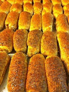 pão com cobertura de coco com canela. polos paes e doces