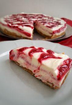 En ljuvlig cheesecake med hallon som inte behöver någon ugn. Konsistensen på denna är krämig och påminner om glass. Den är både vacker och fantastiskt god.