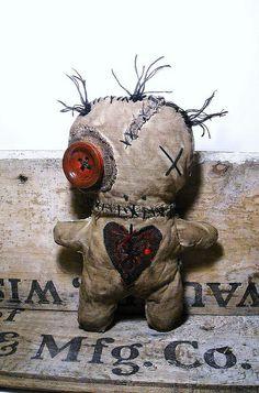 Handmade Voodoo Doll Voodoo Voisin by JunkerJane is adorable, but Voodoo doesn't really incorporate poppets. Ugly Dolls, Creepy Dolls, Zombie Dolls, Arte Emo, Voodoo Hoodoo, Adornos Halloween, Monster Dolls, Voodoo Dolls, Creepy Cute