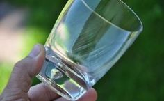 Bicchieri opachi, come ridargli brillantezza, 1-Al posto del brillantante usate in lavastoviglie una soluzione fatta di acqua e aceto di vino bianco.2-lavaggio a mano: cospargete la spugnetta di zucchero prima di utilizzarla sui bicchieri.3- Diy Cleaning Products, Cleaning Solutions, Cleaning Hacks, Wine Glass, Glass Vase, Fresh And Clean, Green Cleaning, Natural Solutions, Organization Hacks