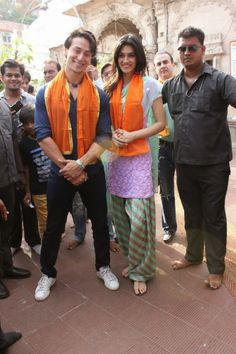 Heropanti-movie-cast-Tiger-Shroff-and-Kriti-Sanon-Visits-Babulnath-Temple