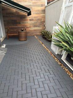 Piso intertravado Bloco de concreto Área external #VentanasModernas Backyard Walkway, Paver Walkway, Backyard Landscaping, Pavers Patio, Concrete Patios, Porch Tile, Paver Designs, Beton Design, Outdoor Living