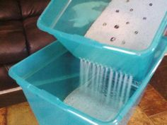 Smart DIY Options for a Cleaner Litter Box Buy 2 or 3 plastic bins & drill holes one side then lift, sift & stack so the holes face the other direction – make it yourself with deep bins & create a top entry hole in the lid Diy Litter Box, Top Entry Litter Box, Litter Box Enclosure, Outdoor Cat Enclosure, Cat Hacks, Cat Diys, Cat Room, Plastic Bins, Animal Projects