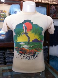 Vtg.T-shirt Vintage Tee Shirts, Tee Shirt Designs, 70s Fashion, Shirt Ideas, Cool T Shirts, Hawaii, Graphic Tees, Design Inspiration, Orange