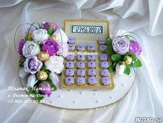 Композиция из конфет - калькулятор с розами