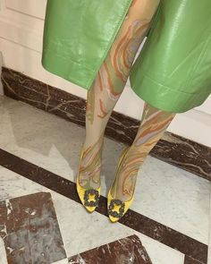 Funky Tights, Coloured Tights, Verde Neon, Mode Alternative, Girl Fashion, Fashion Outfits, Runway Fashion, Fashion Trends, Tights Outfit