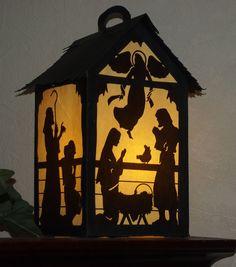 Cette lanterne de Nativité est environ 6 x 11 de haut carré. Il sera une belle addition à votre décor des fêtes. Il ressemble beaucoup à une fenêtre, une étagère ou table. Je peux les visualiser en cours, dans l'allée, par un groupe d'enfants, dans une église sombre sur la veille de Noël.  Puisque les chiffres de Nativité de côté sont imprimés plutôt que de couper, la lanterne de motif peut être facilement coupé coupé avec un couteau Exacto. Les fichiers .pdf serait appropriés pour une…
