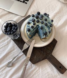 Image about food in Dessert, Sweet Things & Fruit 🍩🍦 by Trang Lê Think Food, I Love Food, Good Food, Yummy Food, Cute Desserts, Cafe Food, Pretty Cakes, Aesthetic Food, Blue Aesthetic
