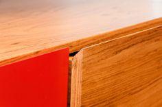 Detalhe do puxador da gaveta. Casa de Valentina - A influência das cores