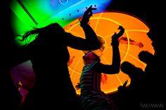 Снять силуэтное фото танцующих гостей