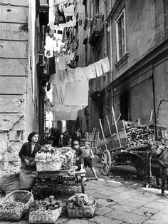 By Alfred Eisenstaedt Napoli Italia, ~ Ʀεƥɪииεð вƴ╭ Italia Vintage, Vintage Italy, Vintage Pictures, Old Pictures, Old Photos, Black White Photos, Black And White Photography, Fotografia Social, Photo Vintage