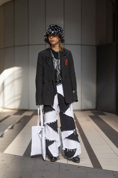 The Street Style At Tokyo Fashion Week Is Giving Us Major Fashion Inspiration Tokyo Fashion, Japan Street Fashion, Seoul Fashion, Harajuku Fashion, Fashion Week, Street Fashion Outfits, Korean Street Fashion Urban Chic, India Fashion, Kimono Fashion