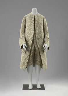 3-piece-suit, France or The Netherlands, c. 1740-1765. Silk velvet with a floral pattern woven in a white ground, fabric-covered buttons, linen lining.