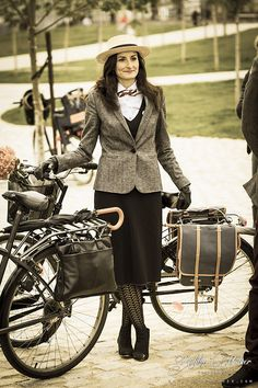 Vintage Bike Girl Tweed Run Ideas For 2019 Tweed Ride, Bicycle Women, Bicycle Girl, Country Fashion, Country Style, Cool Bike Helmets, Retro Fashion, Vintage Fashion, Cycle Chic