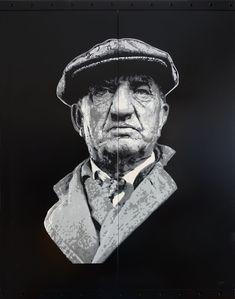 Vieil homme à la casquette (Peinture), 76x60x3 cm par Olivier CARPENT Ce pochoir est réalisé à partir d'une photographie de Vivian MAIER, dont j'apprécie particulièrement les clichés. Pochoir entièrement découpé à la main (11 matrices) & peint à la bombe aérosol (9 couleurs) sur deux étagères métalliques.
