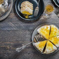 Vegan carrot cake με γέμιση κρέμα βρώμης / Vegan carrot cake with oat cream filling. Το πιο νόστιμο κέικ καρότο, χωρίς λακτόζη! #millsofcrete #cakerecipes #carrotcake #lactosefree #greekdesserts #greekrecipes #κεικ #γλυκα #κεικκαροτο #συνταγες #γλυκασυνταγες #χανια #καροτο Vegan Carrot Cakes, Carrots, Sweets, Drink, Tableware, Recipes, Food, Carrot, Beverage