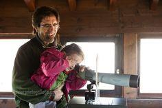 Unos visitantes observan el bosque por un telescopio del Centro de Visitantes de Monte Hijedo. Localidad de Riopanero. Cantabria. España. © Javier Prieto Gallego. www.siempredepaso.es