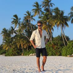40 Symbolic Beach Photography Poses for Men - Page 3 of 3 - Machovibes Summer Fashion Outfits, Casual Summer Outfits, Men's Beach Outfits, Summer Dresses, Casual Shorts Outfit, Beach Photography Poses, Beach Poses, Outfits Hombre, Men Beach