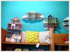 En Picnic tenemos un espacio para los más pequeños de la casa con un montón de cosas bonitas: estanterías, móviles, vinilos, lámparas, juegos, relojes, papel pintado, etc. http://picnic-picnic.com/