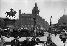 """Yorkshire folk under the watchful eye of """"The Black Prince"""" Leeds City Square Photos.(C) Marc Riboud. Marc Riboud, Candid Photography, Street Photography, Leeds City, Old Street, West Yorkshire, Magnum Photos, Town Hall, Days Out"""