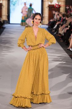 Pepa Garrido - We Love Flamenco 2018 Costume Flamenco, Flamenco Skirt, Couture Dresses, Fashion Dresses, Nice Dresses, Casual Dresses, Maxi Outfits, Spanish Fashion, Yellow Fashion