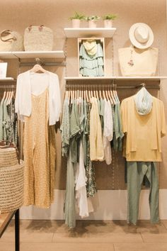 Clothing Booth Display, Clothing Store Displays, Clothing Store Design, Clothing Boutique Interior, Boutique Decor, Mobile Boutique, Charity Shop Display Ideas, Visual Merchandising Fashion, Casa Loft